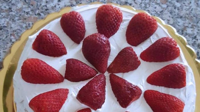 torta morbida con fragole e panna